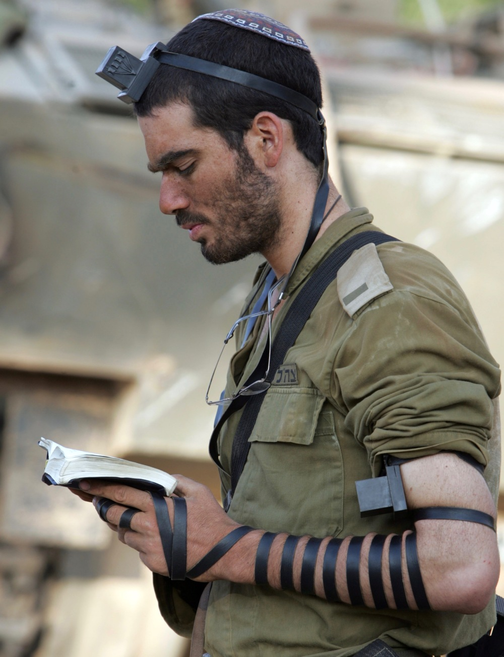 IDF_soldier_put_on_tefillin (1).jpg